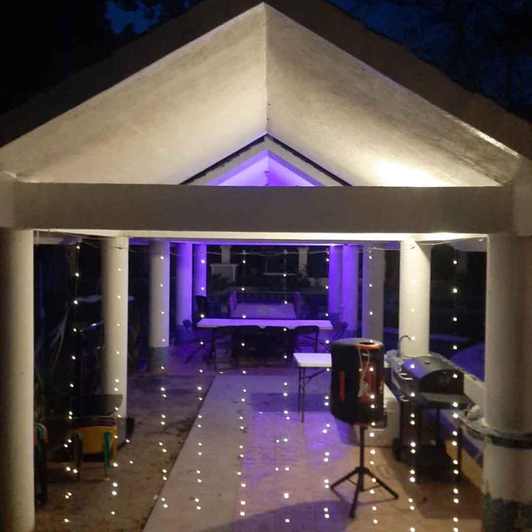 Palapa de noche con cortina de luces